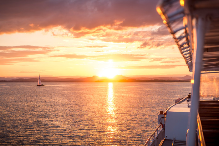 Schifffahrt URh Sonnenuntergang