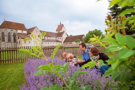 Kräutergarten mit Familie