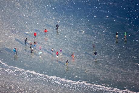 Menschen auf dem Eis, Luftbild, Reichenau